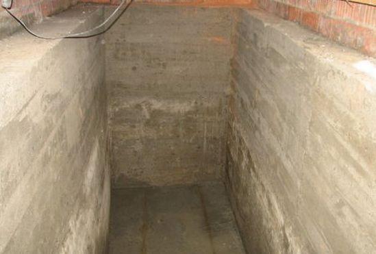 бетонные стены и пол погреба