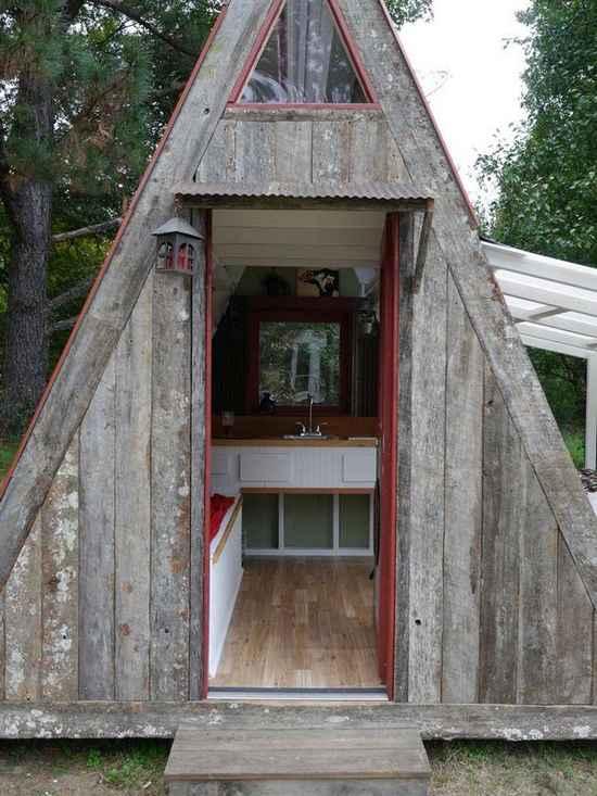фото деревянного шалаша на участке