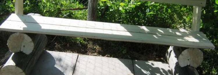Эргономичная скамейка в садовом ландшафте