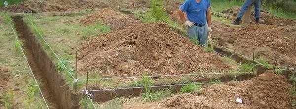 копать траншею