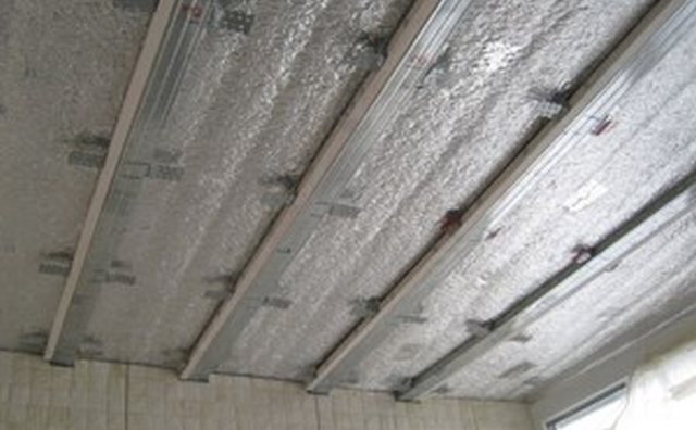 монтаж обрешетки на потолок